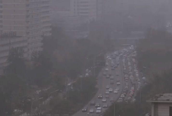 대기오염으로 앞이 보이지 않는 도시의 아침. [사진=유튜브 화면캡처]