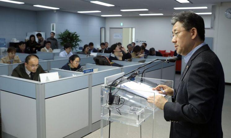 박양우 문화체육관광부 장관이 22일 정부세종청사에서 열린 기자간담회에서 질문에 답하고 있다.<문화체육관광부 제공>