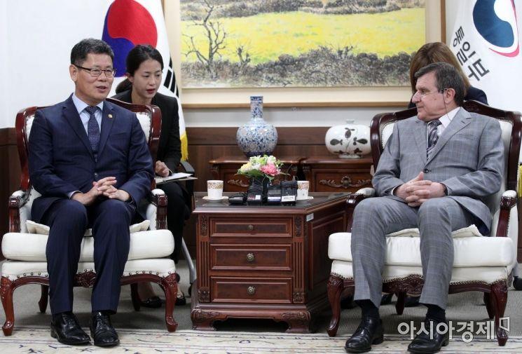 [포토] 인사말하는 김연철 통일부 장관