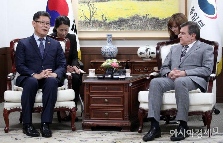 [포토] 주한 러시아대사 면담하는 김연철 장관