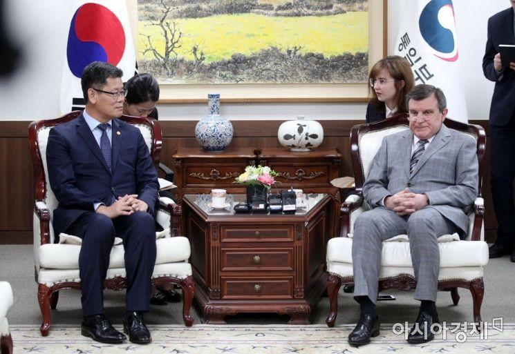 [포토] 주한 러시아대사 면담하는 김연철 통일부 장관