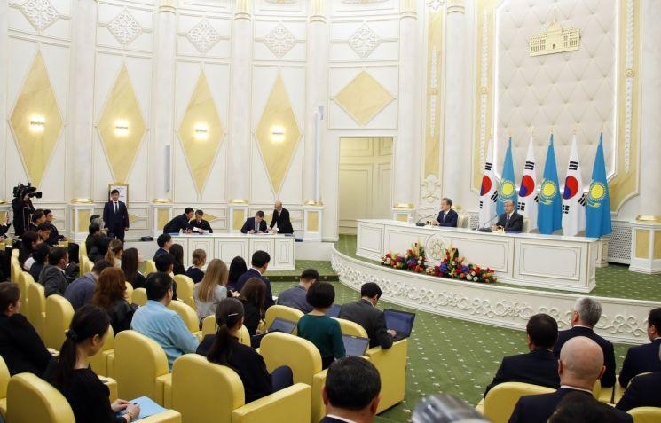 22일 오후(현지시간) 누르술탄 대통령궁에서 문재인 대통령과 카자흐스탄 카심조마르트 토카예프 대통령이 참석한 가운데 협정서명식이 열리고 있다. [이미지출처=연합뉴스]