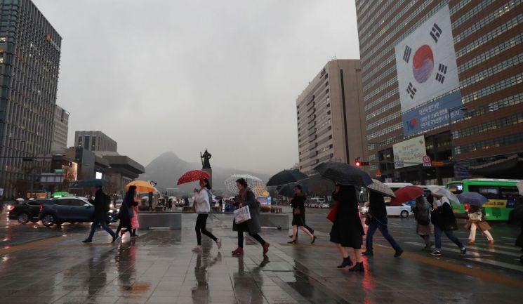 비가 내린 지난달 15일 오후 서울 광화문역 인근에서 시민들이 길을 건너고 있다. / 사진=연합뉴스