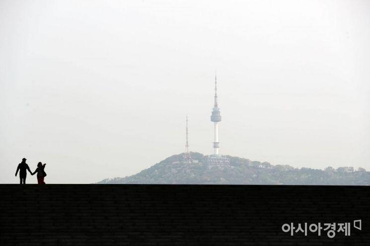 국내외 미세먼지가 축적된 중서부 지역에 미세먼지 농도가 '나쁨' 수준을 보인 23일 서울 용산구 국립중앙박물관을 찾은 시민들이 뿌연 하늘 아래 발걸음을 옮기고 있다. /문호남 기자 munonam@