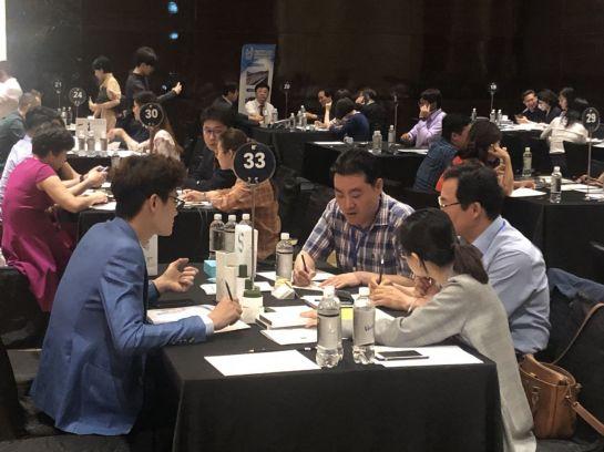 22일 베트남 하노이에서 열린 수출상담회에서 현지 바이어들과 한국 중소기업인들이 상담을 하고 있다.