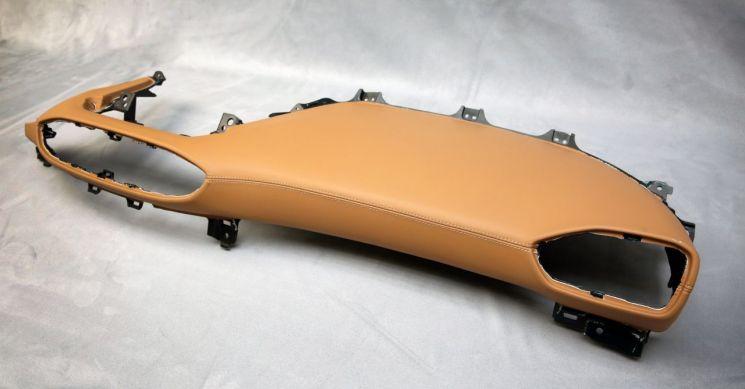 LG하우시스의 자동차 계기판용 원단 제품이 적용된 차 계기판 부품 모습.