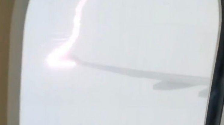 운항 중 날개에 벼락 맞은 여객기 멀쩡