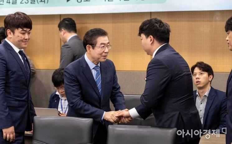 [포토]서울주택도시공사 장애인 조정선수단과 인사하는 박원순 시장