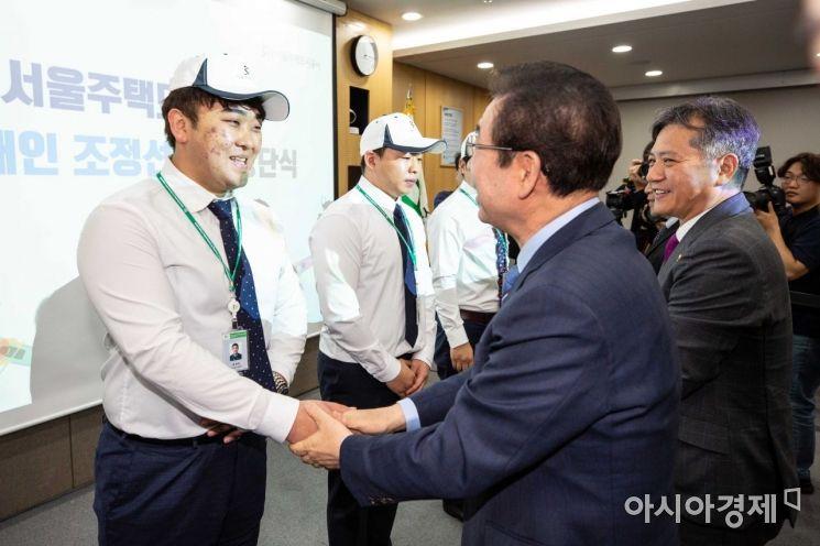 [포토]하재헌 선수와 악수하는 박원순 서울시장