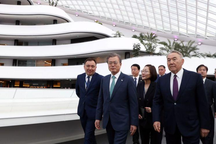 카자흐스탄을 국빈 방문 중인 문재인 대통령이 22일 오후(현지시간) 누르술탄 나자르바예프 초대 대통령과 나자르바예프 센터를 둘러보고 있다. [이미지출처=연합뉴스]