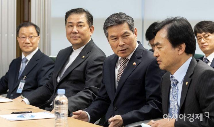 [포토] 이야기 나누는 정경두 장관-안규백 위원장