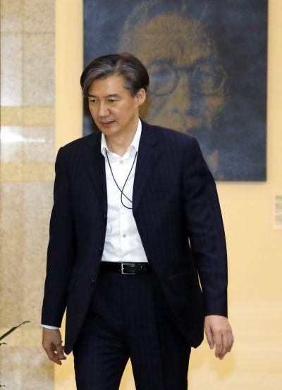 조국 청와대 민정수석이 지난 15일 오후 청와대 여민관에서 열린 수석·보좌관 회의에 입장하고 있다. 사진=연합뉴스