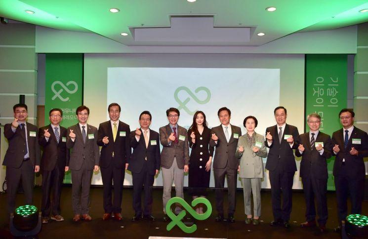 문석진 서대문구청장(왼쪽 네 번째)이 '정보통신기술(ICT) 돌봄 서비스' 시행을 앞두고 22일 서울 중구 SKT타워에서 열린 기념식에 참석했다.