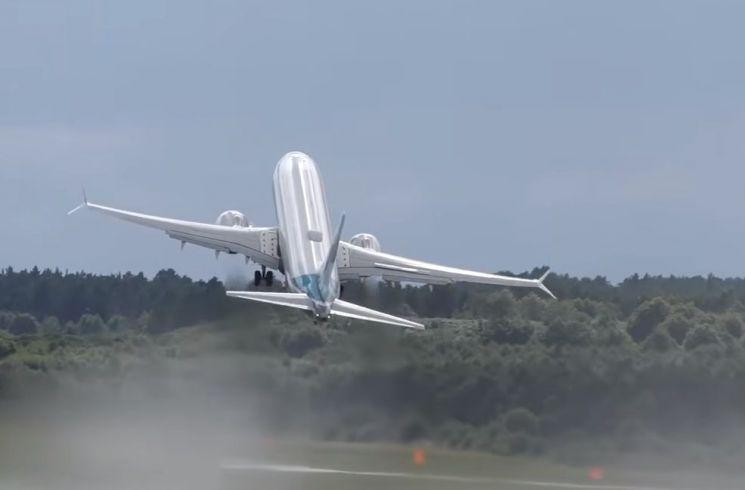 다급하게 이륙하는 비행기의 모습. [사진=유튜브 화면캡처]