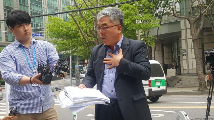 23일 오후 4시 서울지방경찰청사 앞에서 박훈 변호사가 기자회견을 열고 장자연 사건의 증언자인 배우 윤지오 씨에 대한 고소 이유를 밝히고 있다. (사진=최호경 기자)