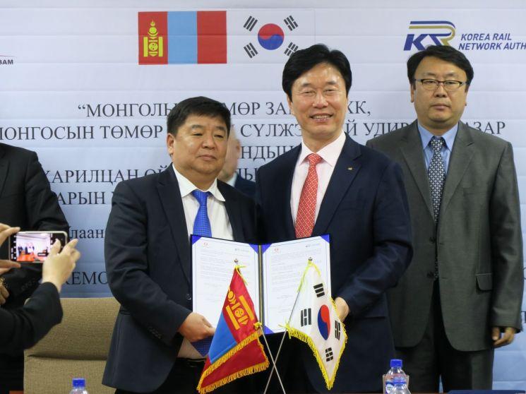한국철도시설공단 김상균 이사장(오른쪽)과 몽골철도공사 셍겔 볼트 사장(왼쪽)이 업무 협약을 체결하고 있다.