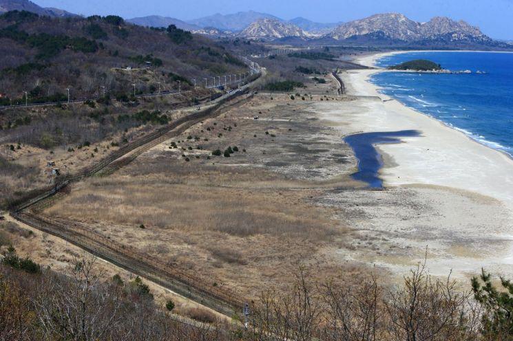 동해안 최북단 통일전망대에서 바라본 DMZ평화둘레길 개설지역. DMZ 평화 둘레길은 해안 철책을 따라 남방한계선까지 이동 후 다시 좌측으로 금강산 전망대까지 이어진다. (사진=연합뉴스)