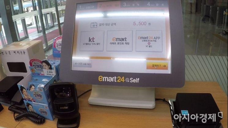 생각보다 빠르게 바코드를 인식해 신속한 구매를 도운 셀프 계산대. 사진 = 김현우 PD