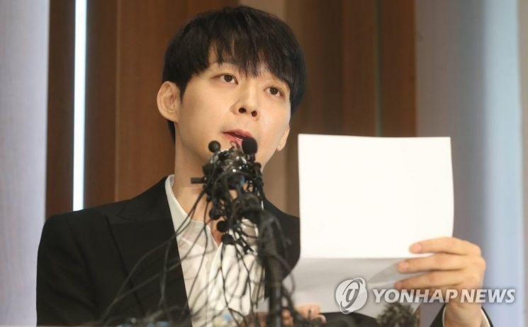 마약 투약 혐의를 받고 있는 가수 겸 배우 박유천(33)이 10일 오후 서울 중구 프레스센터에서 긴급 기자회견을 열고 자신의 혐의에 대해 반박하고 있다. 사진=연합뉴스