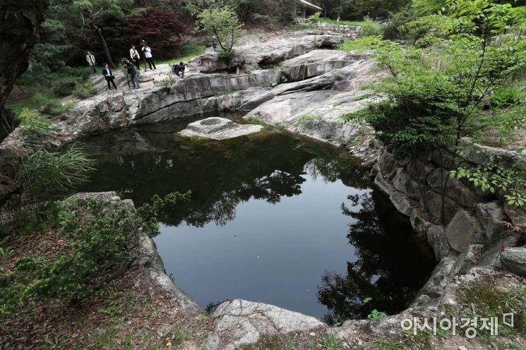 국내 3대 전통 정원인 성락원. 연못 영벽지가 투명한 모습이다. /문호남 기자 munonam@