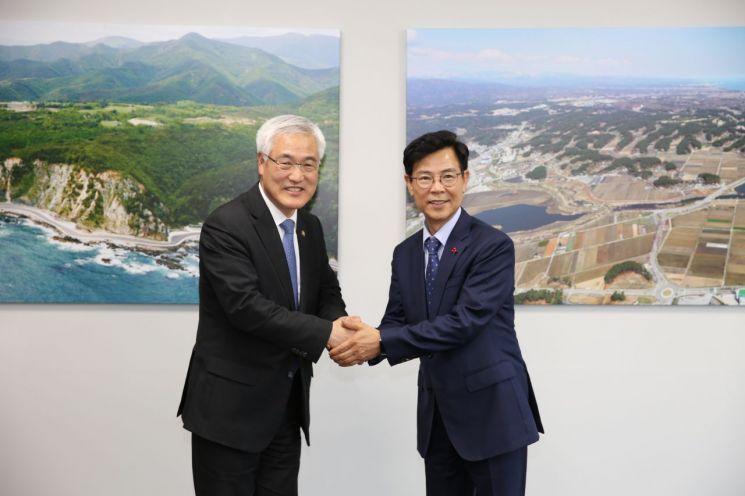 김종석 기상청장(왼쪽)이 김한근 강릉시장과 악수를 하고 있다.(제공=기상청)