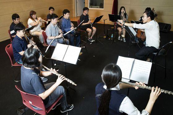 서초한우리오케스트라는 음악특기를 가진 장애인들이 직업연주자로 성장하도록 돕고 있다. 올해 1월에는 단원 25명이 민간기업에 채용되어 전문 음악가로 활동하고 있다.