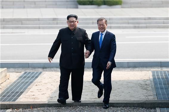문재인 대통령(오른쪽)과 김정은 북한 국무위원장.