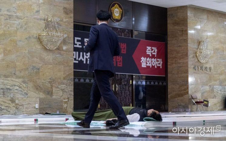 [포토] 본회의장앞에서 잠자는 김재원 의원