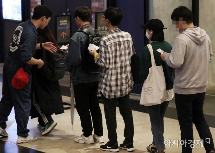 영화 '어벤져스: 엔드게임'이 개봉한 24일 서울 CGV 용산아이파크몰에서 시민들이 영화 관람을 위해 이동하고 있다. 영화진흥위원회 통합전산망 집계에 따르면 이날 오전 8시 기준 영화 예매율이 97.0%, 예매 관객 수는 226만712명을 돌파했다. 예매 관객으로 200만명을 돌파한 '어벤져스: 엔드게임'의 흥행이 어디까지 이어질 지 주목된다. /문호남 기자 munonam@