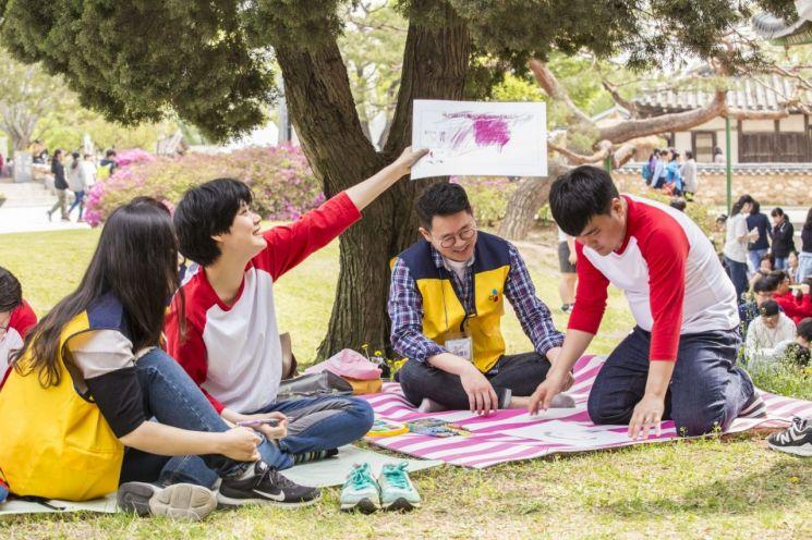 이달 23일 국립민속박물관에서 열린 '서울발달장애인 사생대회'에서 장애인 참가자와 CJ그룹 임직원 자원봉사자들이 함께 즐거운 시간을 보내고 있다.