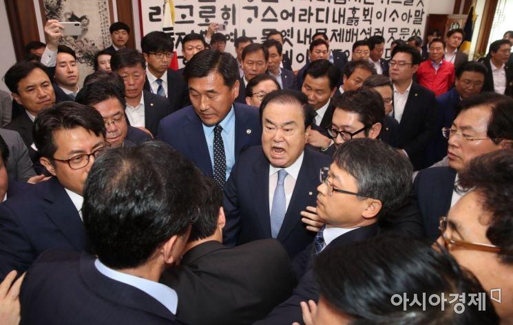 문희상 국회의장이 24일 국회 의장실을 점거한 나경원 자유한국당 원내대표 등 의원들과 설전을 벌이고 있다./윤동주 기자 doso7@