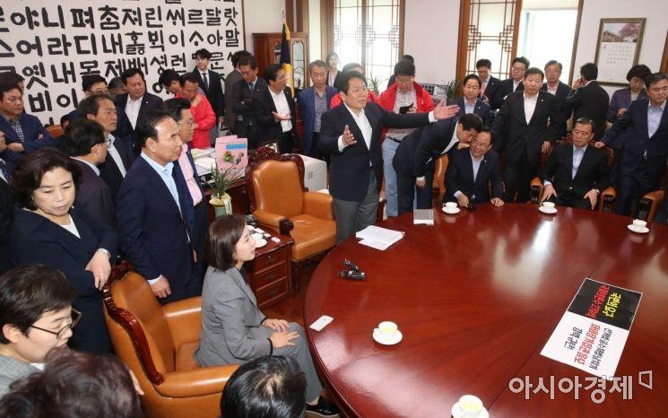 [포토] 국회 의장실 점거한 자유한국당