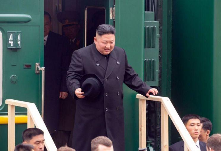 김정은 북한 국무위원장이 24일 오전 전용 열차 편으로 러시아와 북한의 접경 지역인 하산역에 도착해 열차에서 내리고 있다. 김 위원장은 알렉산드르 코즐로프 극동·북극개발 장관, 올렉 코줴먀코 연해주 주지사, 이고리 모르굴로프 외무차관, 알렉산드르 마체고라 주북 대사의 영접을 받았다. <사진=러시아 연해주 주 정부 제공>