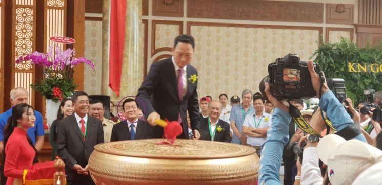 한 골프장 개장행사에 참석한 쯔엉떤상 전 베트남 주석(원속의 인물)이 김도현 대사를 바라보고 있다. 김 대사는 이 행사에 가족을 포함한 항공권을 받아 참석했다는 이유로 김영란법 위반이라는 외교부 감사 지적을 받았다.