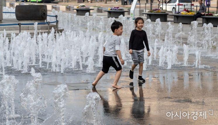 [포토]시원한 물줄기 뿜어내는 광화문 광장 바닥분수