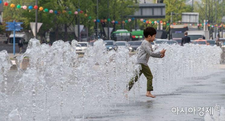 [포토]시원한 물줄기 뿜어내는 광화문 광장