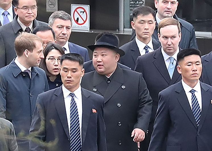 김정은 북한 국무위원장이 24일 오후(현지시간) 블라디미르 푸틴 러시아 대통령과 정상회담을 하기 위해 블라디보스토크역에 도착한 뒤 이동하고 있다.
