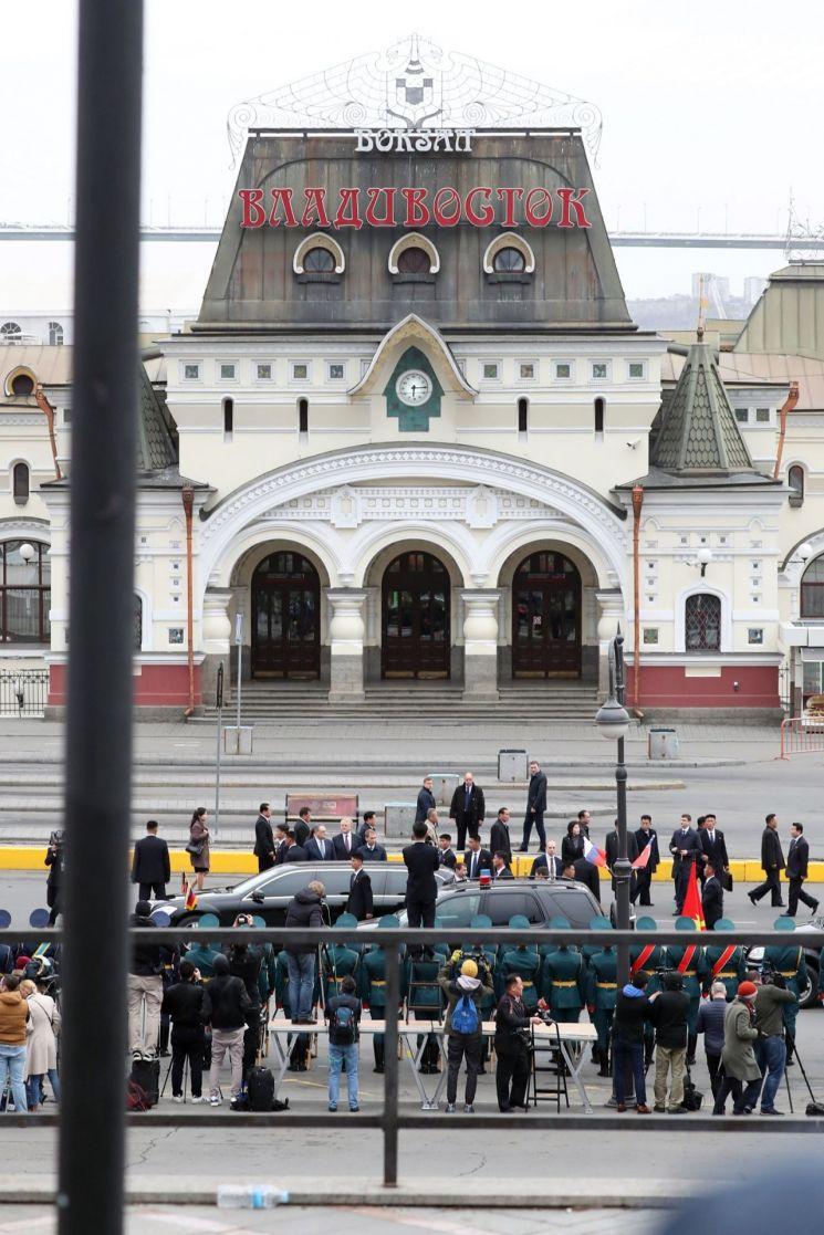 김정은 북한 국무위원장이 24일 오후(현지시간) 북러 정상회담을 위해 러시아 블라디보스토크역에 도착해 열차에서 내려 전용차량에 탑승, 출발을 대기하고 있다.