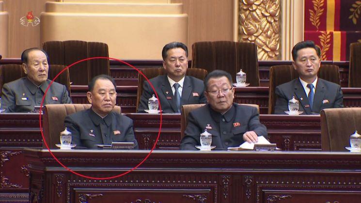 북한 최고인민회의 제14기 제1차회의가 지난 11일 만수대의사당에서 열렸다. 사진은 조선중앙TV가 12일 오후 공개한 영상에서 김영철 노동당 부위원장(붉은 원)이 주석단에 앉아 있는 모습.