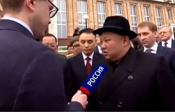 김정은 북한 국무위원장이 24일 러시아 하산에 도착해 기자의 질문에 답하고 있다.