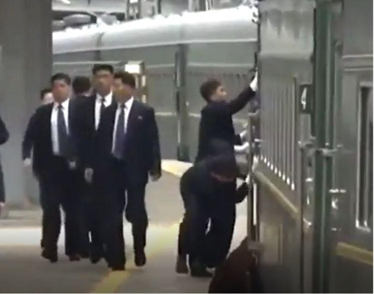 북측 경호인력으로 추정되는 이들이 24일 블라디보스토크 역 플랫품에 들어서고 있는 김정은 국무위원장의 전용열차를 따라 달리며 외부를 닦고 있다.