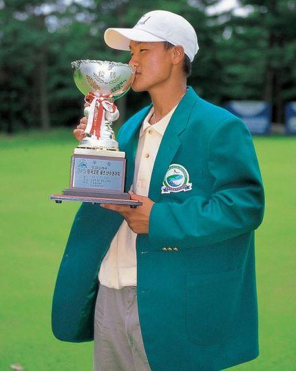 김대섭이 1998년 한국오픈에서 코리안투어 역대 최연소인 17세 2개월 20일로 우승한 뒤 트로피에 입을 맞추고 있다.