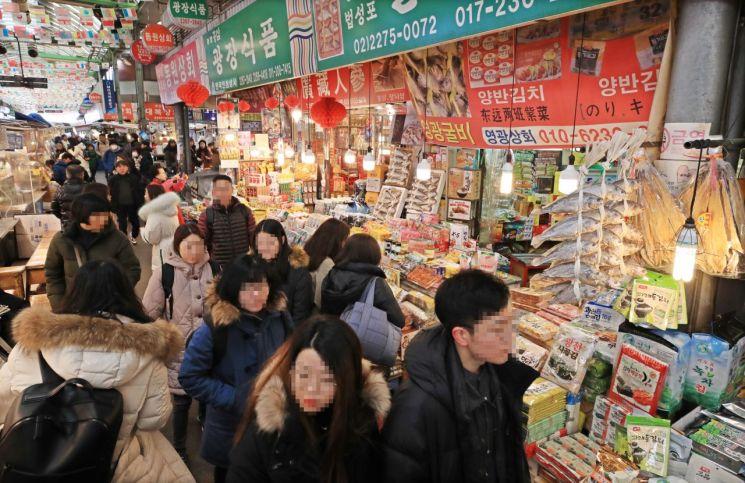 인파로 붐비는 서울 종로구 광장시장.(자료사진) [이미지출처=연합뉴스]