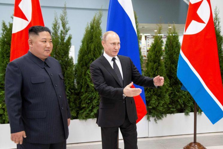 25일(현지시간) 러시아의 블라디보스토크 루스키섬 극동연방대학에서 러시아의 블라디미르 푸틴 대통령(오른쪽)과 북한 김정은 국무위원장이 정상회담에 앞서 기념촬영을 위해 서 있다. <사진=AFP연합>