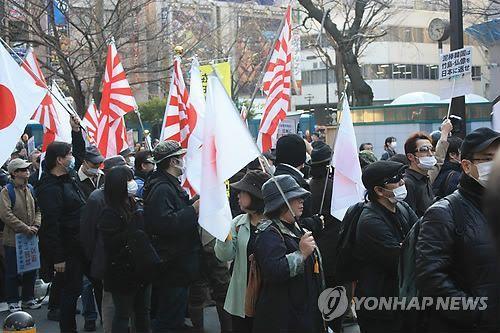 도쿄 번화가 행진하는 혐한단체 회원들 / 사진=연합뉴스