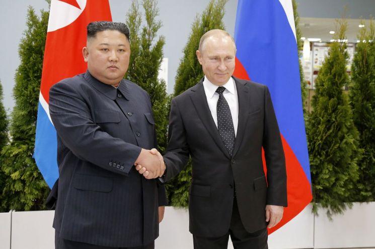 김정은(왼쪽) 북한 국무위원장과 블라디미르 푸틴 러시아 대통령이 25일(현지시간) 러시아 블라디보스토크 극동연방대학교에서 만나 악수하고 있다. <사진=AP연합>