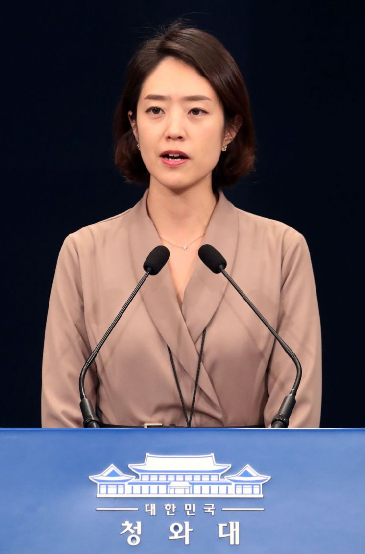 고민정 신임 청와대 대변인이 25일 오후 춘추관에서 첫 브리핑을 하고 있다. [이미지출처=연합뉴스]