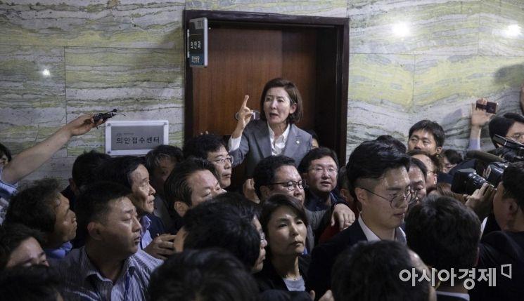 [포토] 국회 경호권 막는 나경원 원내대표