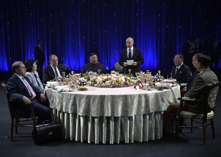 김정은 북한 국무위원장(가운데 왼쪽)과 블라디미르 푸틴 러시아 대통령(가운데 오른쪽)이 25일 러시아 블라디보스토크 루스키 섬의 극동연방대학에서 정상회담을 마친 후 수행원들과 함께 만찬을 하고 있다. <사진=AFP연합>