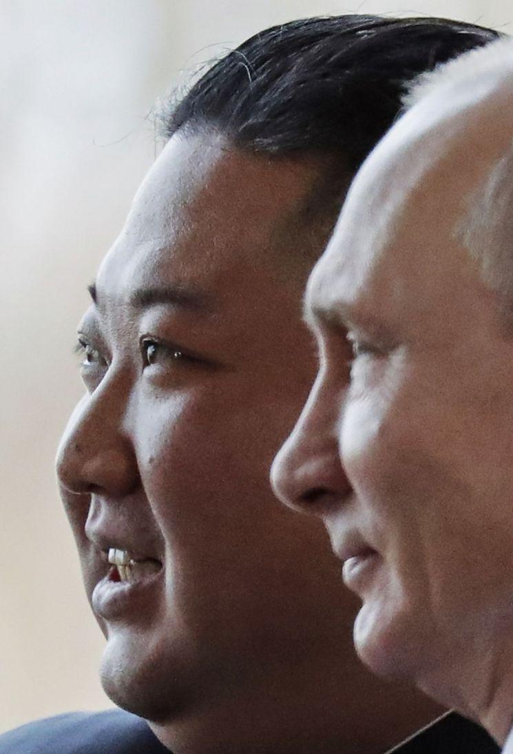 김정은 북한 국무위원장(왼쪽)과 블라디미르 푸틴 러시아 대통령이 25일 러시아 블라디보스토크 루스키 섬의 극동연방대학에서 회동 중에 사진기자들을 위해 포즈를 취하고 있다. <사진=AP연합>